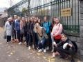 2019 m. spalio 17 d. 1f ir 1g klasių mokiniai su mokytoja Irena Karpičiene keliavome į Japonijos ambasadą. Laukiame, kol mus įleis į ambasadą, kartu ir įsiamžinome prie įėjimo.